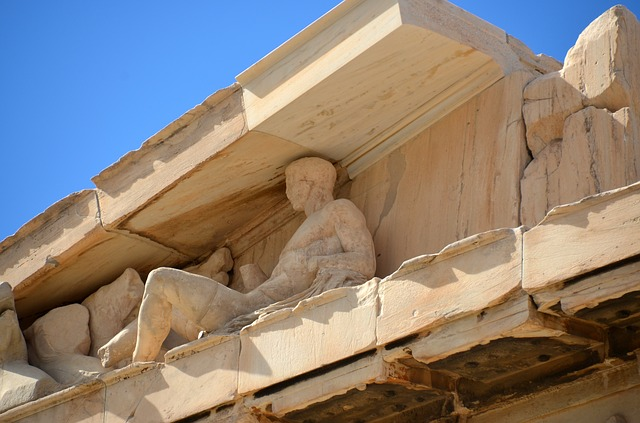 socha pod střechou