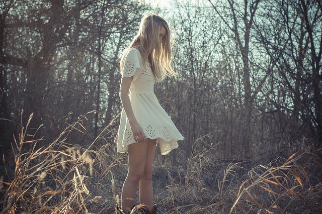 dívka v šatech