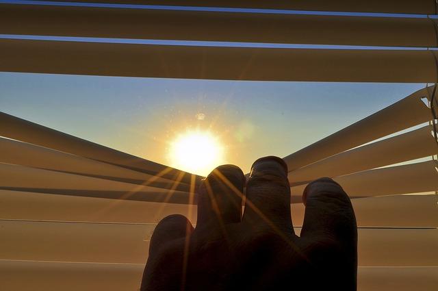 slunce za žaluziemi.jpg