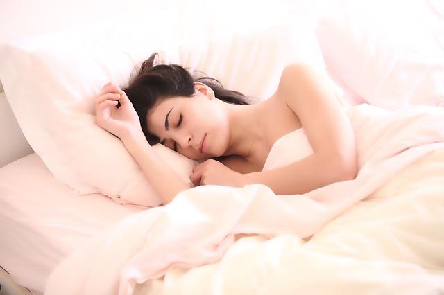 spící dívka v posteli.jpg
