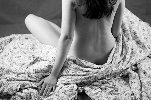 sedící nahá žena