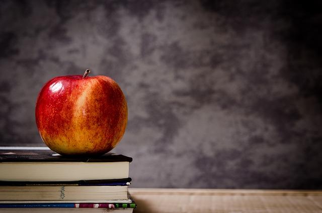 jablko na knihách