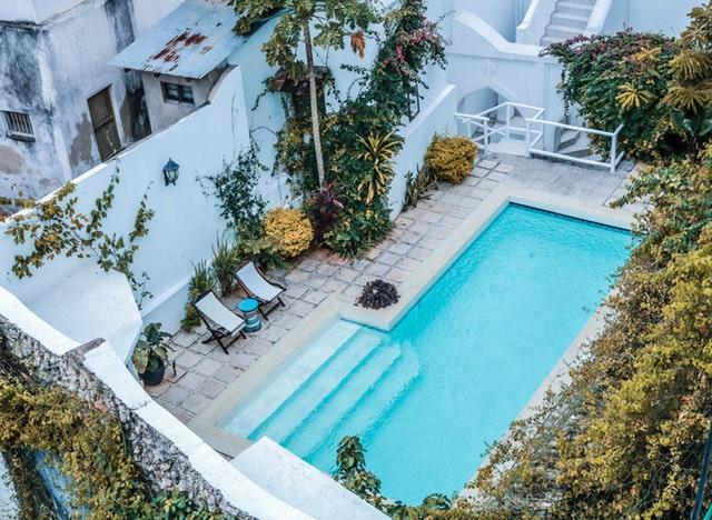bazén s pevnými schody